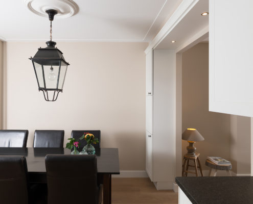 Wanden, plafond, ornamenten, alles strak gestuct