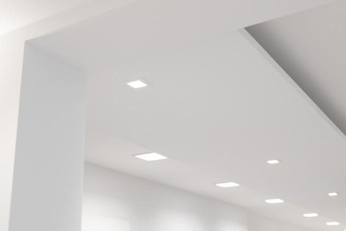 Strak wit stucwerk op plafond