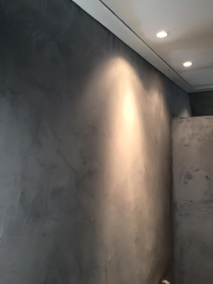 Donker betonlook stucwerk binnen