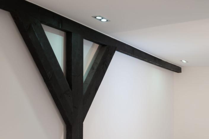 Donker hout en wit stucwerk, een strakke combinatie