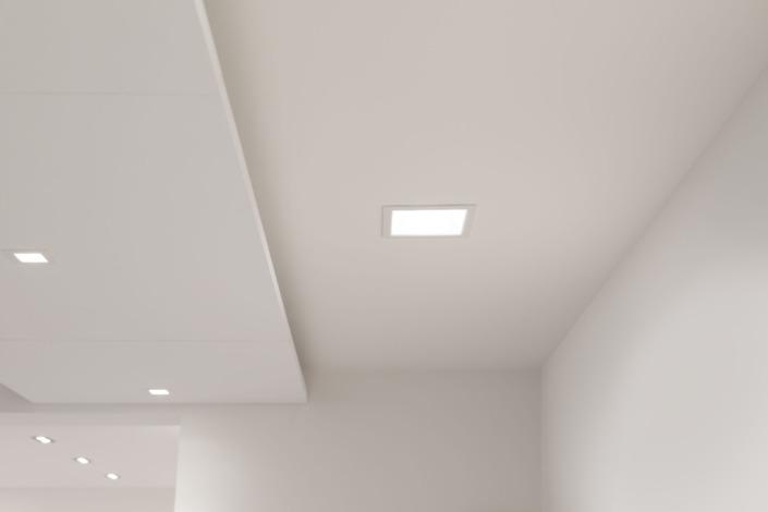 Strak wit gestuct plafond met lichtkoepels