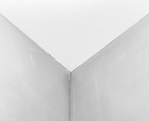 Afwerking hoek badkamer in betoncire