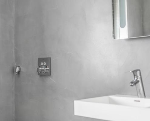 Exclusief stucwerk badkamer in beton cire look