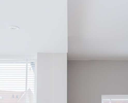 Wit plafond gestuct in Schoonhoven