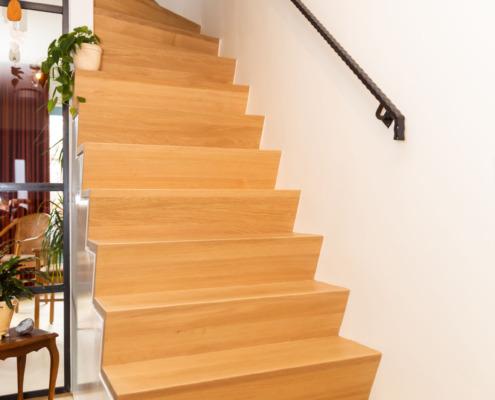 Hal en trap afbouw en wit strak stucwerk