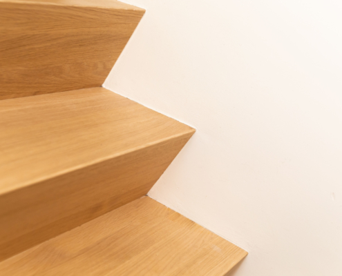 Strak stucwerk rondom de traptreden