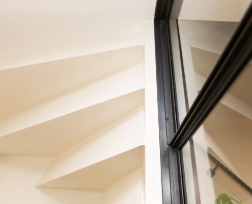 Strak wit stucwerk in hal en trap