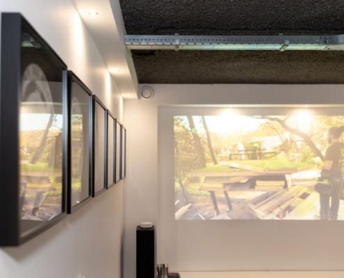 Strakke wit gestucte wanden en akoestisch plafond