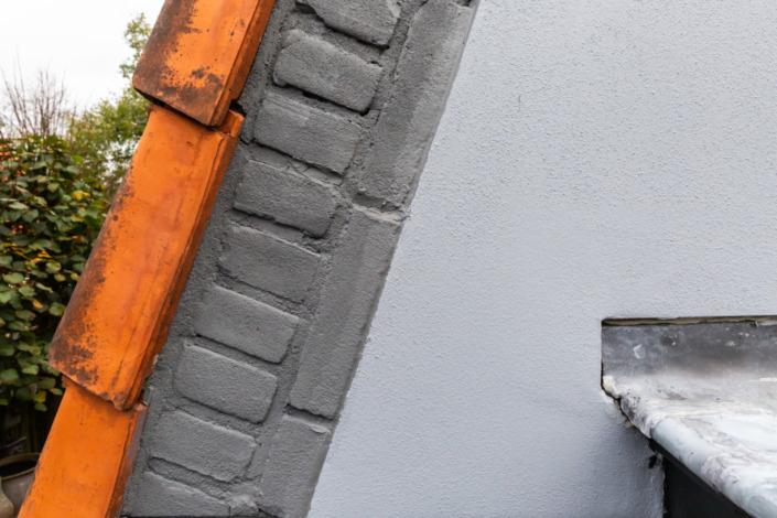 Detail stucwerk en metselwerk op jaren '30 huis in Driebergen