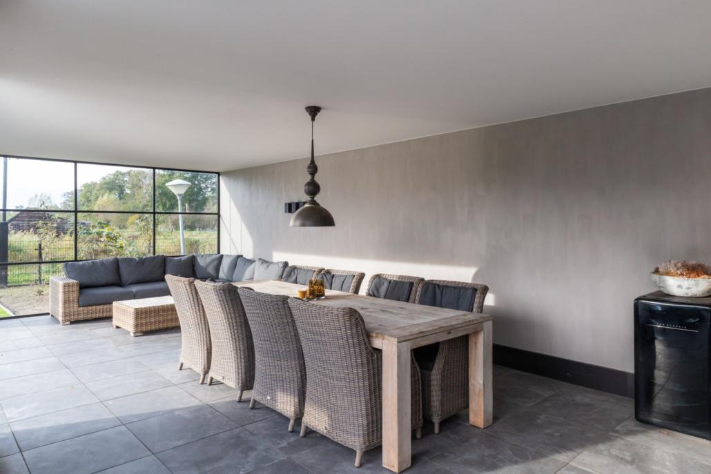 Leemstuc landelijk tafel en stoelen