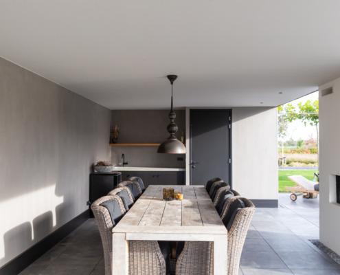 Overkaping met wit en betonlook stucwerk
