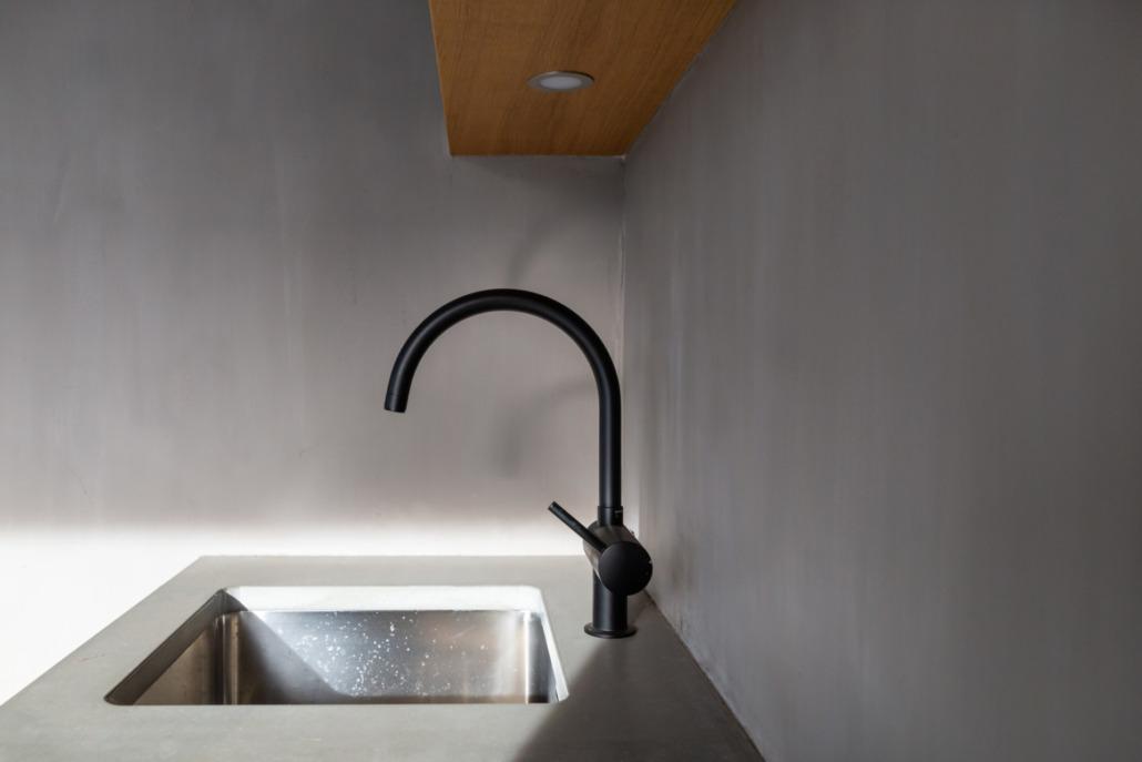 Buitenkeuken met betonlook stucwerk